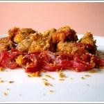 Bocconcini di Filetto di Manzo Croccanti all'Arancia su Letto di Cipolle Rosse