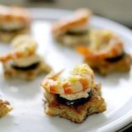 Crostini Integrali con Mazzancolle e Zucchine su Caprino alla Paprika