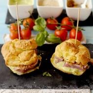 Finti Hamburger di Palamita: Bignè Salati alle Acciughe con Palamita Scottata, Maionese al Basilico e Salsa di Pomodori e Olive