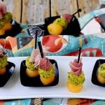 Spiedini di Melone con Prosciutto Crudo e Caprino ai Pistacchi