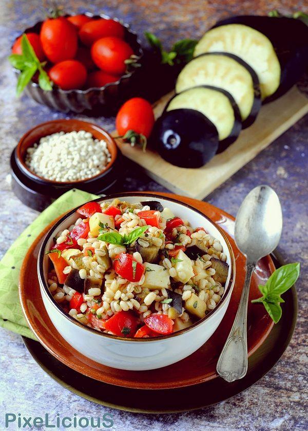 insalata di orzo con pomodorini, melanzane e provola