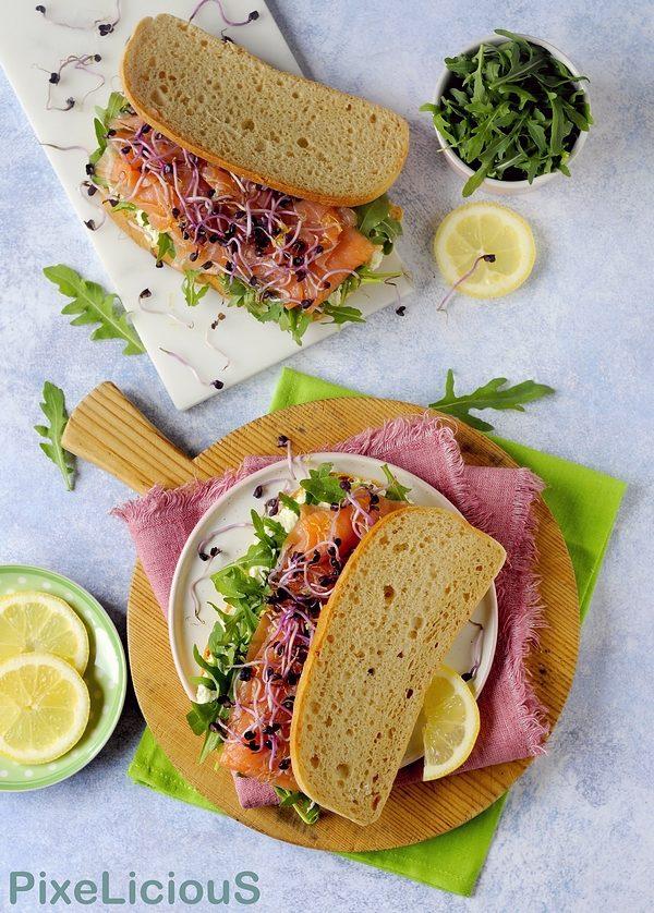 Sandwich Integrale Gluten Free con Salmone Affumicato, Rucola, Robiola al Limone e Germogli di Ravanello Rosso