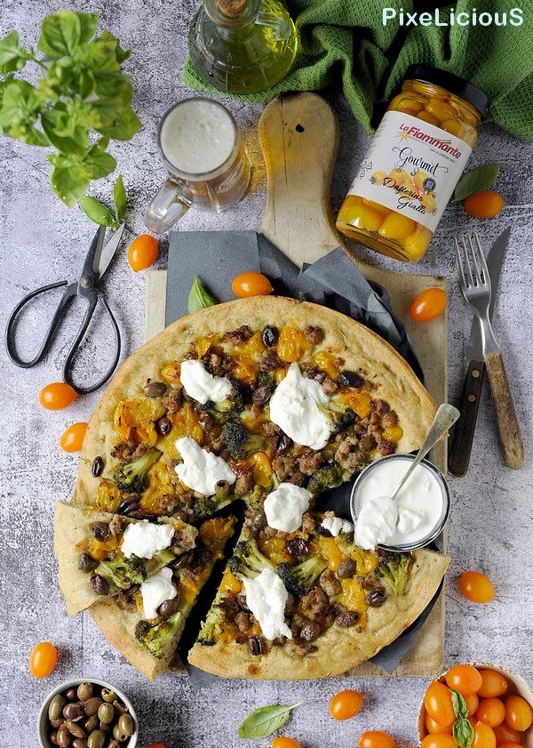 Focaccia Multicereali con Datterino Giallo, Broccoli, Salsiccia, Stracciatella e Olive