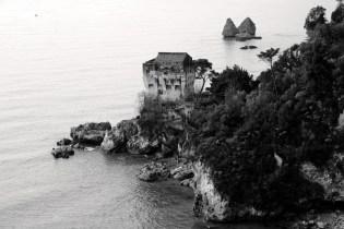 Stampe artistiche, quadri e poster con bianco e nero, casa a picco sul mare, edifici, marco savy foto, mare, vietri, vietri sul mare - vietri sul mare