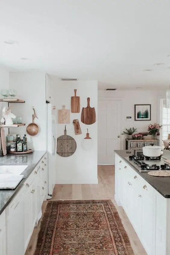 15 Ideas Para Decorar las Paredes de la Cocina 8-sorbos-de-inspiracion-tablón-paredes-decoradas-con-tablas-de-cortar-pared-cocina