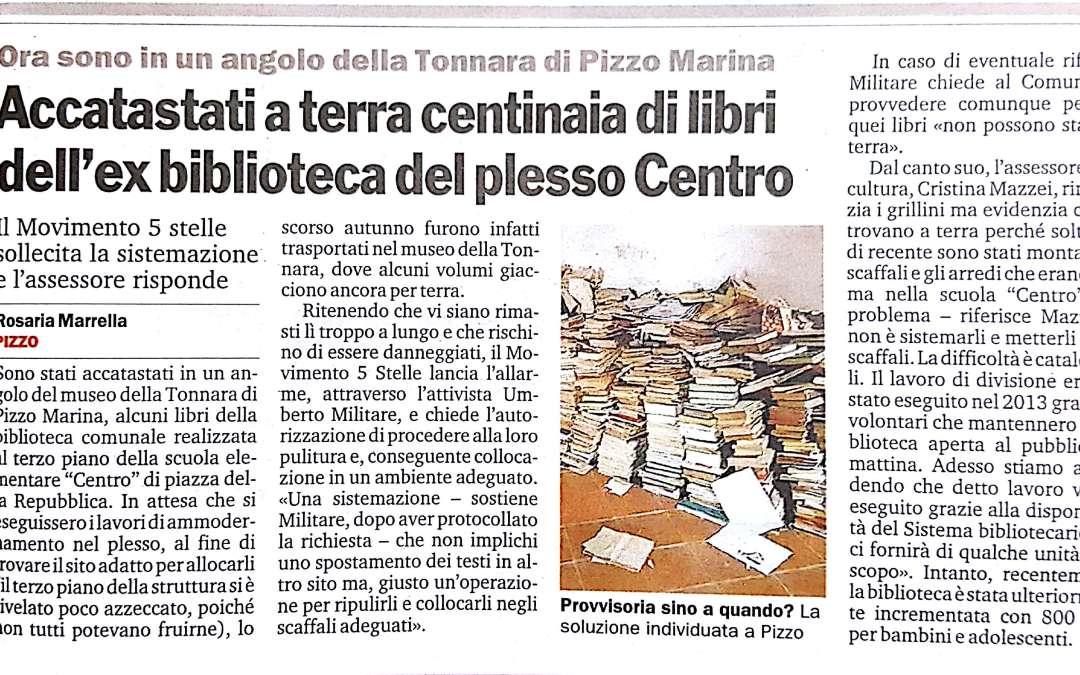 Accatastati a terra centinaia di libri dell' ex biblioteca del plesso Centro