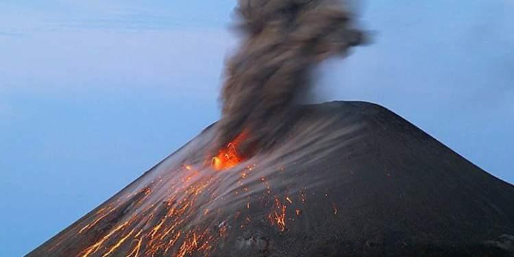 """Stromboli affascina con le sue colate di lava. L'attenzione però da """"Verde"""" passa al livello """"Giallo""""."""