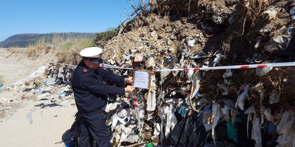 Scoperta a Pizzo discarica rifiuti solidi urbani e speciali interrati, area sequestrata
