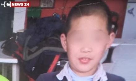 """L'orfano cinese """"figlio"""" di Pizzo strappato alla città dal Tribunale dei minori (VIDEO)"""