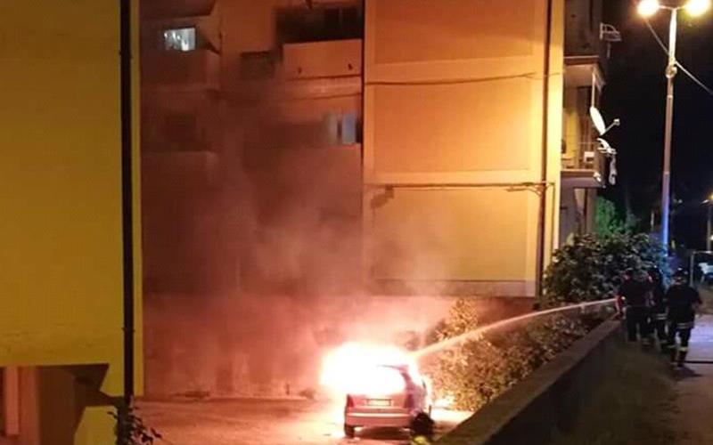 Auto in fiamme a Pizzo, intervengono i vigili del fuoco