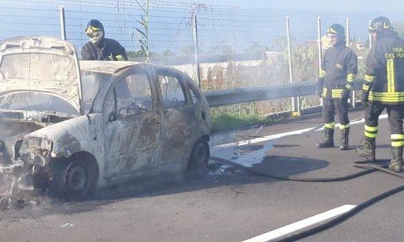 Paura sulla A2 per un'auto in fiamme: le immagini dallo svincolo di Pizzo