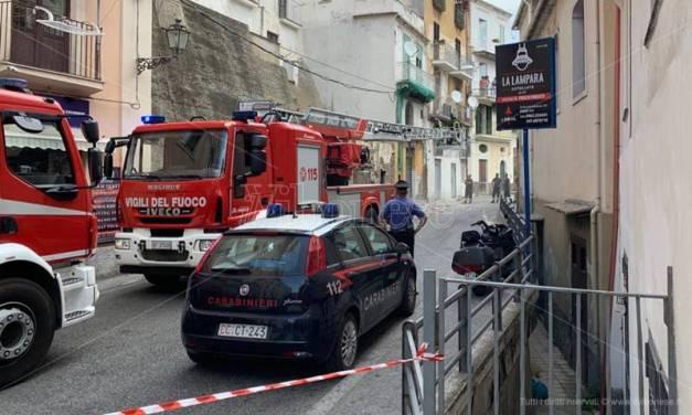 Tir impatta contro balcone a Pizzo, strada chiusa e disagi al traffico – Video
