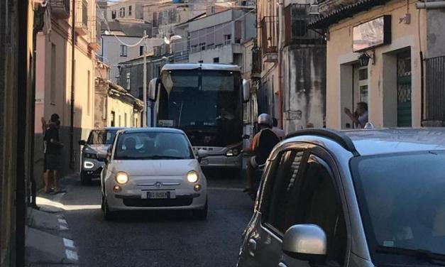 Autobus turistico bloccato tra le vie strette di Pizzo Traffico in tilt, carabinieri e residenti aiutano l'autista