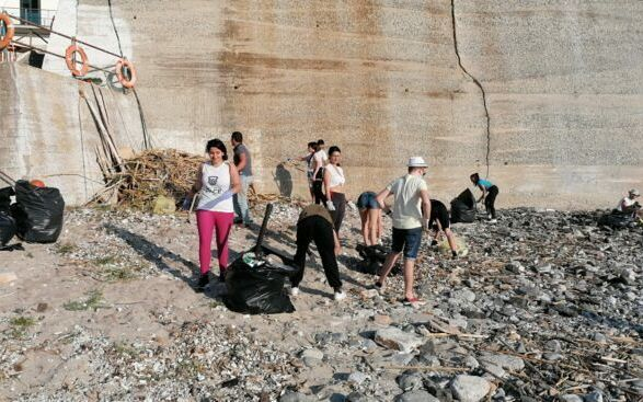 La bella gioventù: i ragazzi di Pizzo ripuliscono la spiaggia della Stazione (FOTO)
