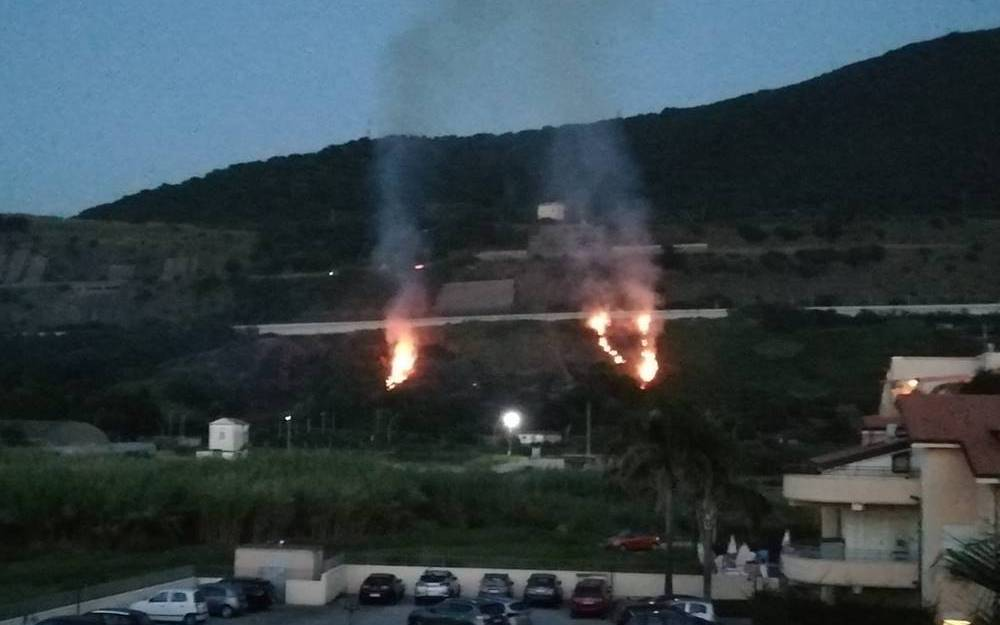 Incendio a Pizzo, le fiamme lambiscono l'autostrada