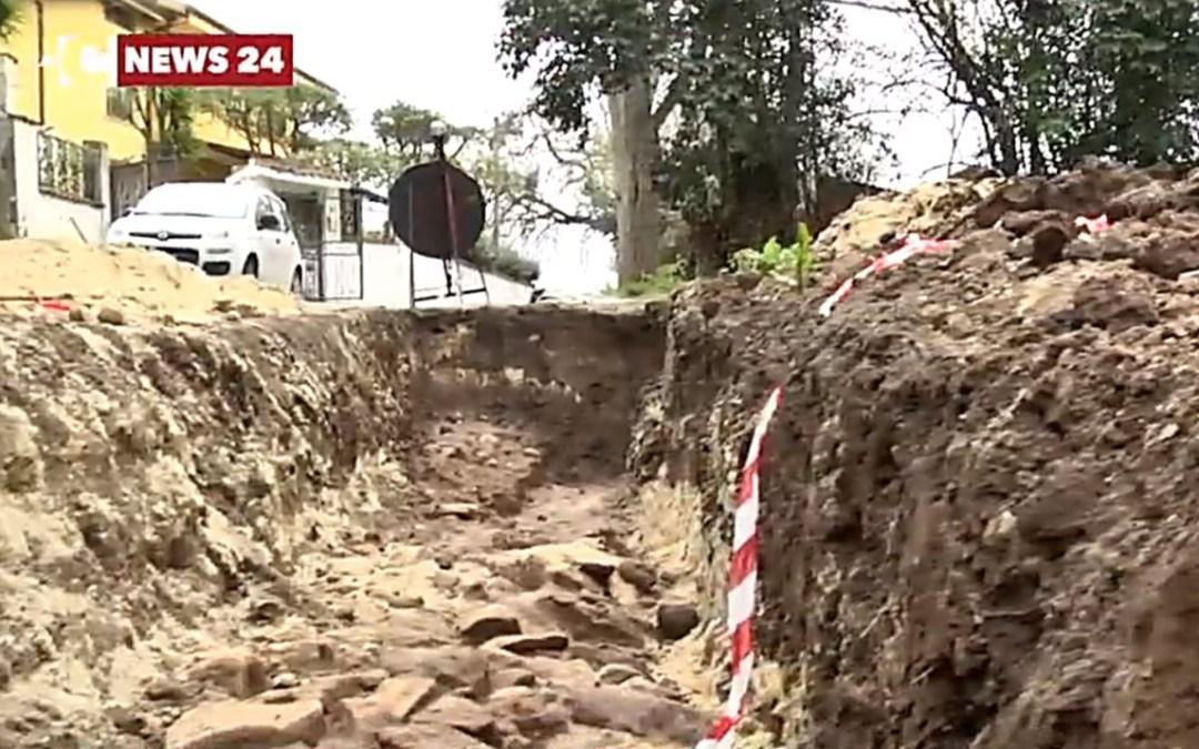 Vibo, scavano per la fibra ottica e trovano reperti: è l'antica via Popilia?