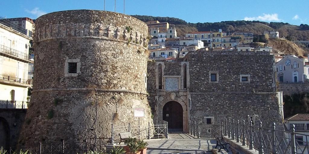 Gesto vandalico al castello di Pizzo, parla il gestore: «E' un ragazzo che ha fatto una bravata, si è scusato» – Il Quotidiano del Sud