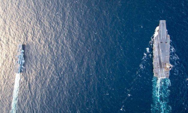 """Il Cavour """"sparisce"""" accanto alla superportaerei americana USS Ford"""