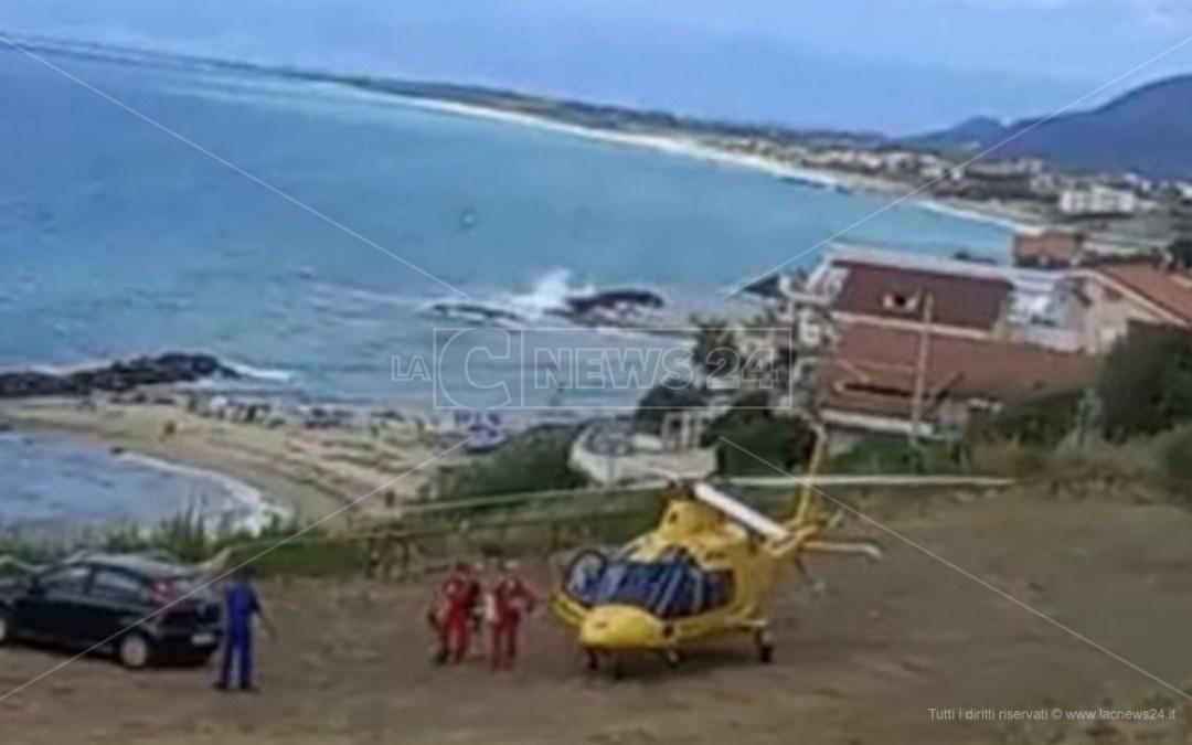 Pizzo, non riesce a tornare a riva e finisce sugli scogli: morto 67enne