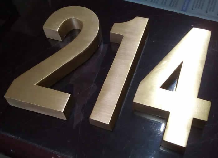 numeros fundidos en bronce