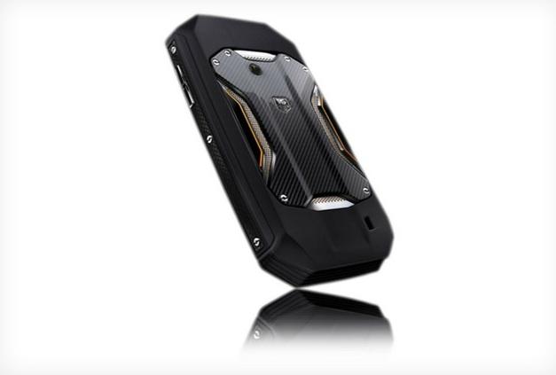Racer un smartphone haut de gamme en titane et fibre de carbone sous Android 4.0