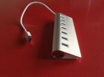 Un câble de 30 cm et un design en aluminium brossé
