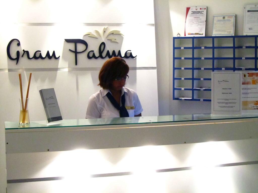 Karla en la recepción del hotel. Karla in the hotel front desk. Photo credit, placeOK
