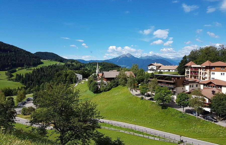 Blick vom ersten Teil des Weges auf Hafling Dorf