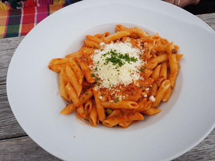 ein Teller mit Hirtenmaccheroni bestreut mit Parmesan
