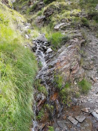 Ein Wasserlauf am Wegrand auf der Wanderung zur Assenhütte.