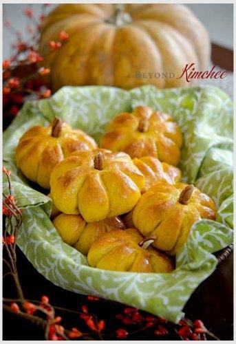 Thanksgiving pumpkin dinner rolls