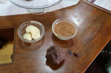 Kakaobohne -> Rohschokolade mit den zwei Komponenten: Kakaobutter und Kakaopulver