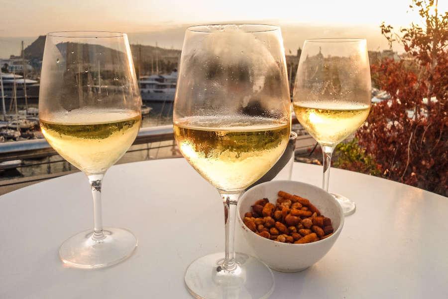 Wein trinkn auf einer Dachterrasse in Barcelona