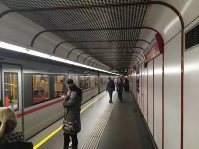 Lidé před nástupem do metra ve Vídni