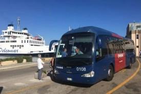 Autobusová zastávka v Palau nedaleko trajektu v přístavu