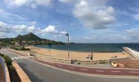 Město Cannigione s pláží a promenádou