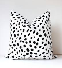 Almohadón dálmata artificial decoración en blanco y negro