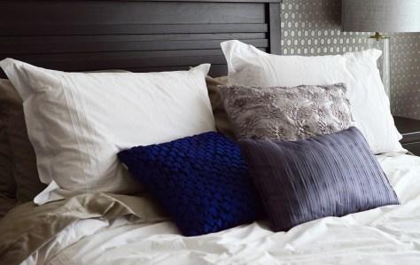 Una casa limpia y ordenada con la cama hecha.