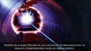 Destello de energía liberada en una simulación de laboratorio tras un impacto a hipervelocidad contra un objeto estático. Estos experimentos están destinados a conocer qué sucede en el caso de que piezas de chatarra espacial impacten contra una nave en órbita. Se considera hipervelocidad a cualquier velocidad superior a Mach 8.8 (3000 metros/sg)