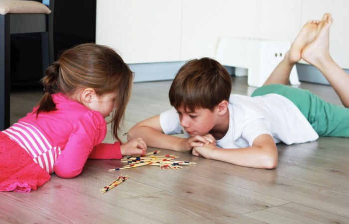 Idei de jocuri simple pentru frați cu vârstă diferită