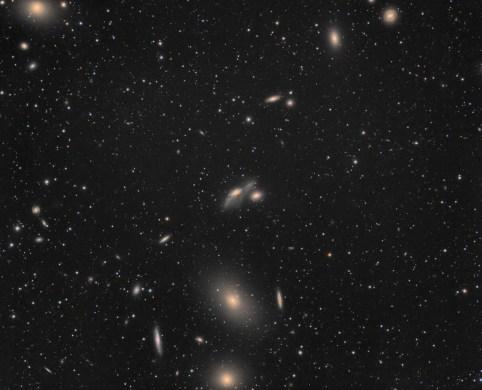 La chaîne de Markarian (nom du découvreur de leurs relations) est composée de 8 galaxies qui ont un mouvement commun. Les autres galaxies visibles ne figurent pas dans cette chaîne.