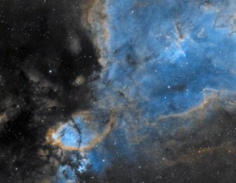 IC 1795 est une nébuleuse en émission située à environ 6 000 années-lumière dans la constellation de Cassiopée. Elle couvre un champ d'environ 20 minutes d'arc, ce qui correspond approximativement à 70 années-lumière. Proche du double amas de Persée et de la nébuleuse du Cœur