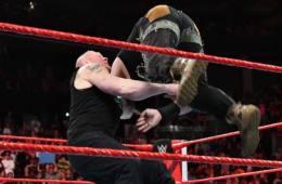 Brock Lesnar aparece en WWE RAW y ataca a Braun Strowman