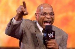 Teddy Long revela planes originales para su segmento de ataque al corazón en WWE SmackDown