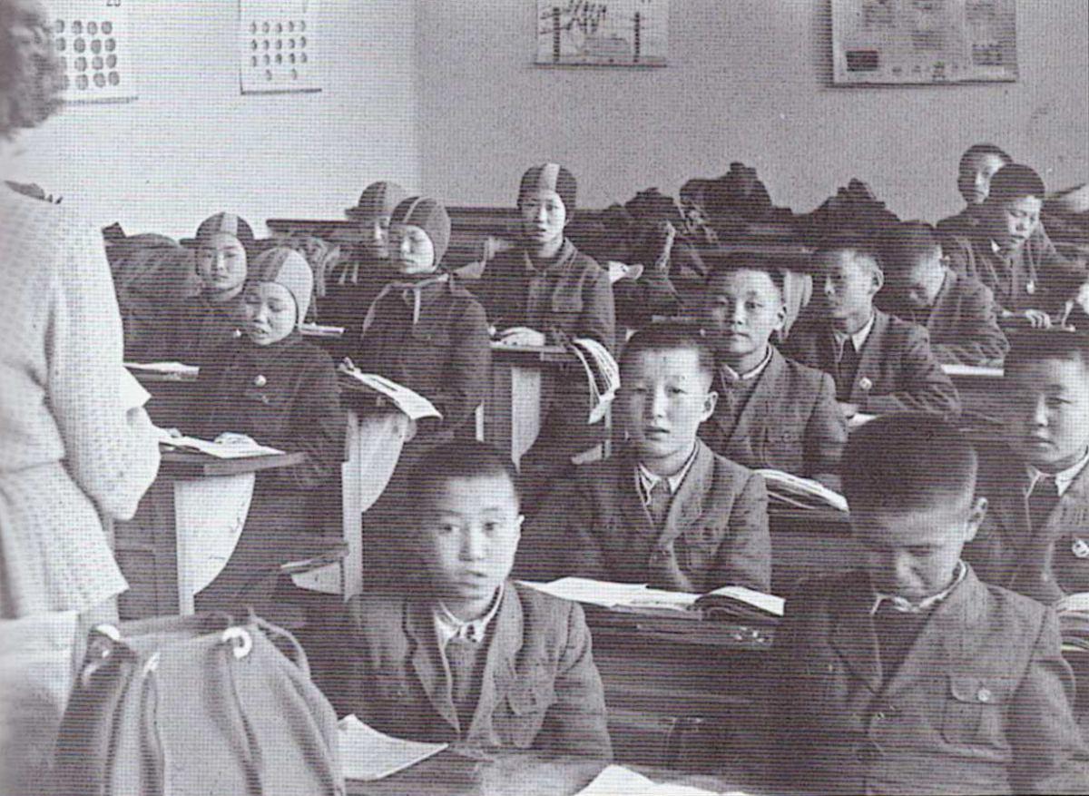 La première année scolaire 1953/1954, Płakowice (les orphelins nord coréen)