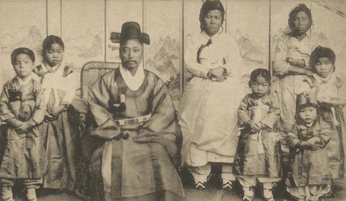 Une photo d'un homme yangban avec une partie de sa famille et une domestique, les années 1900