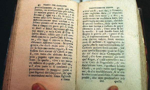 """Une photo des pages du livre """"Voyage autour du monde"""" de Francesco Carletti où l'auteur a mentionné le nom d'Antonio Corea."""