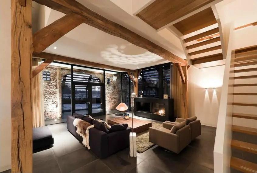 Les anciens murs de briques ont été conservés par endroits donnant beaucoup de caractère à cet intérieur le mobilier est simple et design et laisse la