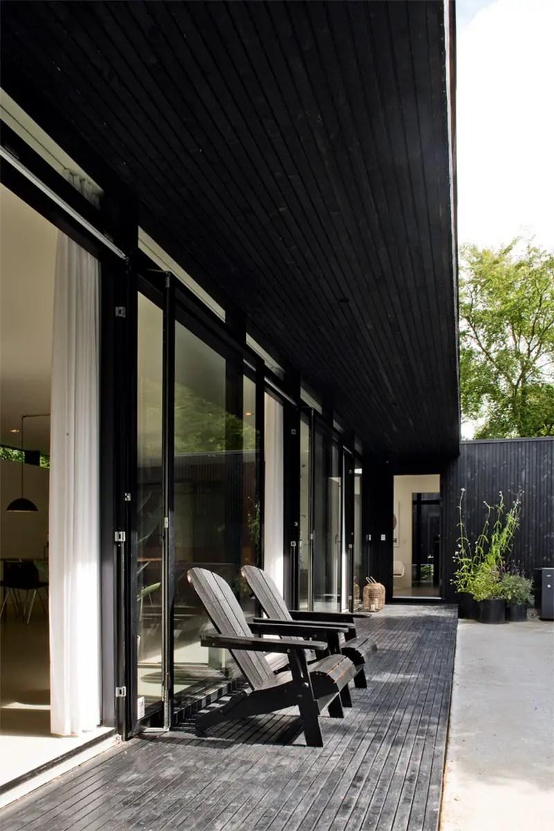 une maison d 39 t en bois noir planete deco a homes world. Black Bedroom Furniture Sets. Home Design Ideas