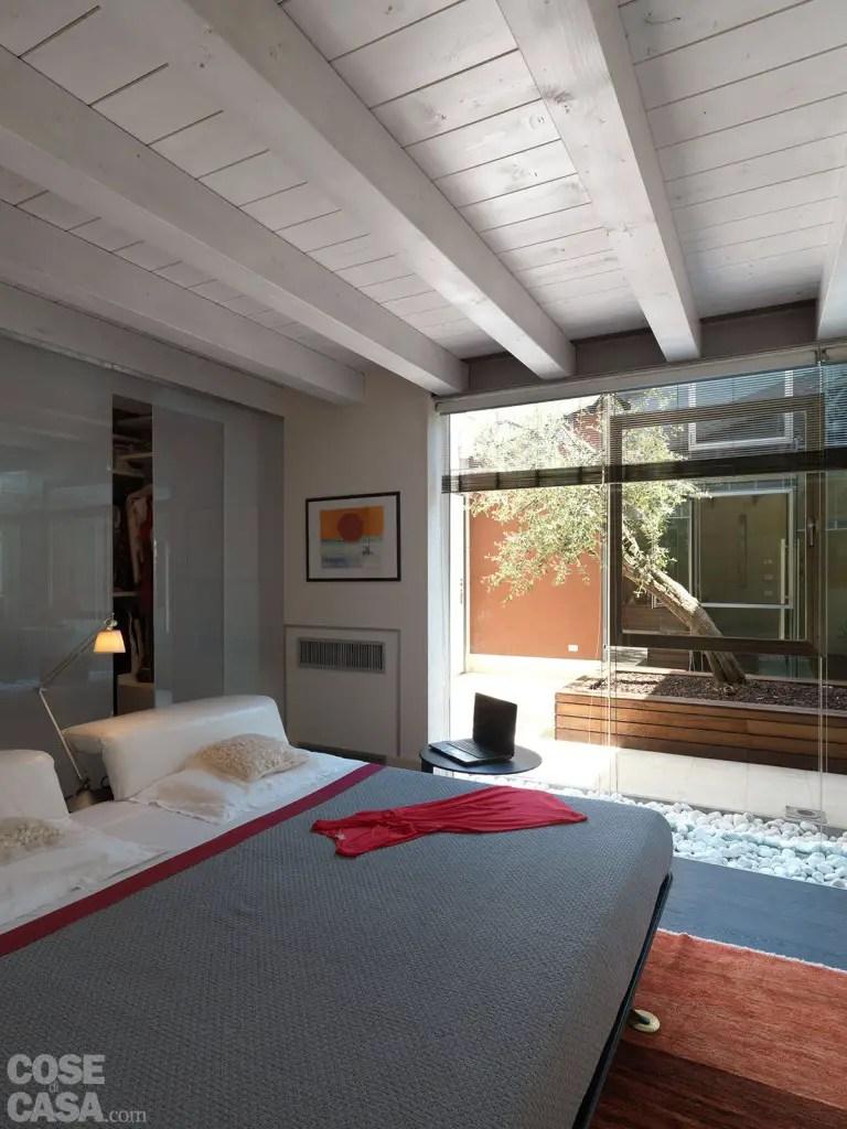 6 Pc Patio Set With Umbrella: Une Maison Contemporaine Avec Patio Vitré